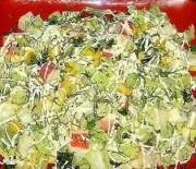 Салат из пекинской капустой с крабовыми палочками и сухариками