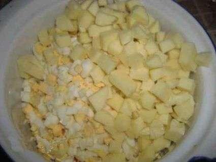 Салат с крабовыми палочками, кукурузой и сыром сулугуни пошаговый рецепт